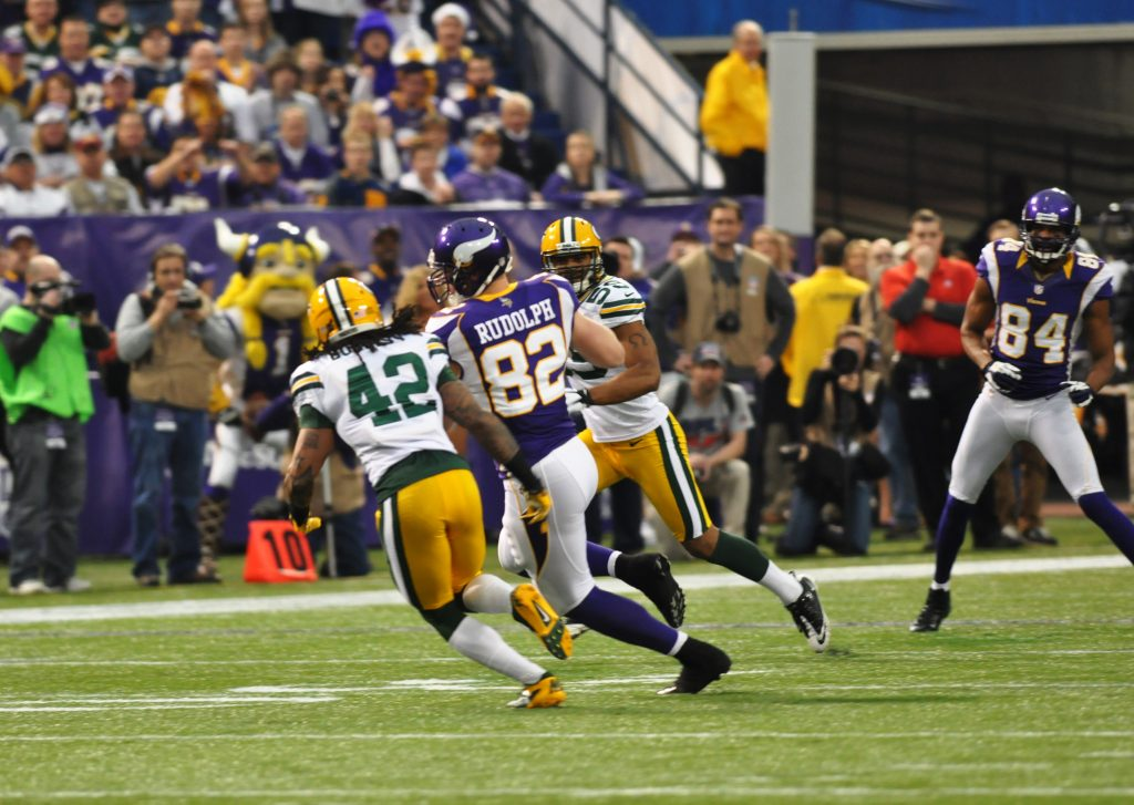 Kyle_rudolph_runs_ball_vs_packers